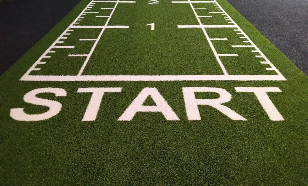 Une ligne de départ avec écrit START